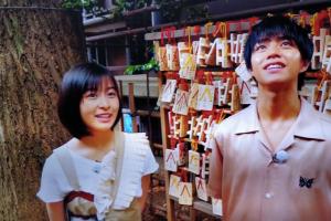 気象神社を参詣した森七菜と醍醐虎汰朗
