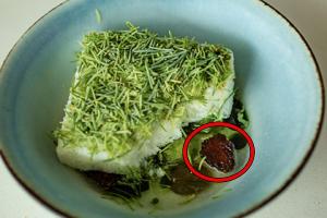 松ぼっくりを使った料理「トウヒとサルナシ」