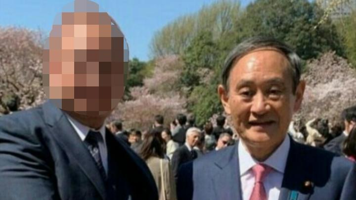 菅官房長官と刺青男の写真!桜を見る会で一緒にいたのは誰なのか!